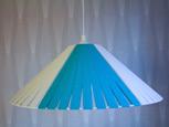 Större blå och vit takhängd stringlampa