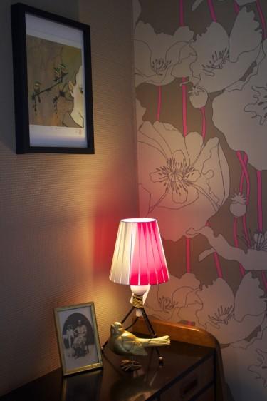 Stämningsbild på stringlampa och guldfågel